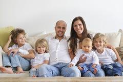 софа семьи сидя Стоковые Изображения