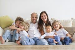 софа семьи сидя Стоковые Фотографии RF