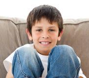 софа счастливого портрета ребенка ослабляя Стоковые Фото