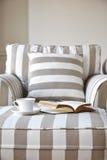 Софа с образом жизни кофе и книги домашним внутренним Стоковые Изображения RF