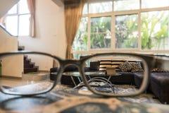Софа ткани в современной живущей комнате стоковые фото