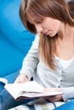 софа чтения девушки книги Стоковые Изображения