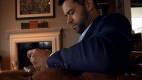 Софа 4k бизнесмена сидя видеоматериал