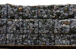 Сохранение каменной стены рядом с дорогой Загородка или стена защиты сделанные gabions с камнями Каменная стена с решеткой металл стоковая фотография