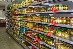 Сохраненные овощи полка в супермаркете Стоковое Изображение