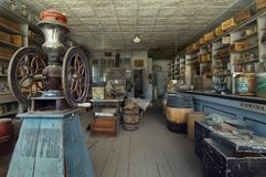 Сохраненный интерьер магазина со смешанным ассортиментом в город-привидении Bodie, в положении Bodie его стоковые фотографии rf