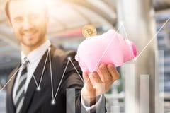 Сохраньте и деньги вклада с концепцией bitcoin, выставкой бизнесмена стоковое изображение rf