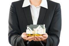 Сохраньте новый дом покупки денег для семьи Стоковые Изображения