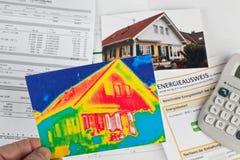 Сохраньте энергию. дом с камерой термического изображения Стоковое Фото