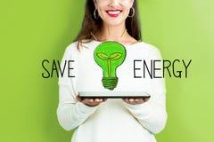 Сохраньте энергию при женщина держа таблетку стоковые изображения