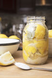 Сохранять посоленные вылеченные лимоны в опарниках Стоковые Изображения RF