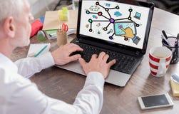 Социальная концепция сети на экране компьтер-книжки Стоковые Фото