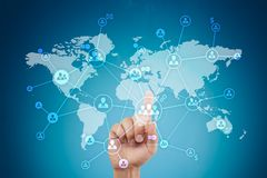 Социальная сеть и глобальное рекрутство, аутсорсинг и HR Виртуальный экран с картой мира и значками людей стоковое фото