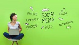 Социальная тема средств массовой информации с молодой женщиной иллюстрация штока