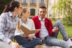 Социально активные студенты транспортируя список избирателей университета стоковое изображение