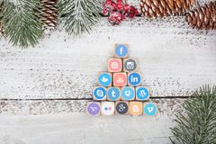 Социальные кубы логотипа средств массовой информации на таблице рождества Стоковое Изображение