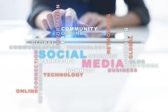 Социальные сеть и маркетинг средств массовой информации Дело, концепция технологии Облако слов на виртуальном экране стоковые фотографии rf