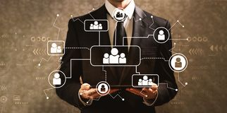 Социальные соединения с бизнесменом держа планшет стоковые фотографии rf