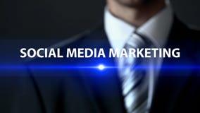 Социальные средства массовой информации выходя на рынок, бизнесмен перед экраном, продвижением продукта стоковое фото rf
