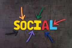 Социальные средства массовой информации выходя на рынок в современной концепции связи, красочной стоковое фото