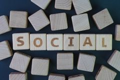 Социальные средства массовой информации или человеческая концепция общины, блок куба деревянный с комбайном алфавита слово социал стоковая фотография rf