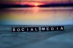 Социальные средства массовой информации на деревянных блоках Изображение обрабатываемое крестом с предпосылкой bokeh стоковое изображение rf