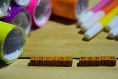 Социальные средства массовой информации на деревянных кубах с красочными бумагой и ручкой, воодушевленностью концепции на деревян стоковое фото