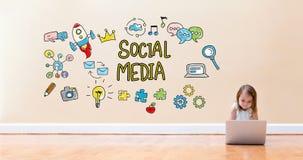 Социальные средства массовой информации отправляют СМС при маленькая девочка используя портативный компьютер стоковое изображение