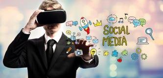 Социальные средства массовой информации отправляют СМС с бизнесменом используя виртуальную реальность стоковые фото