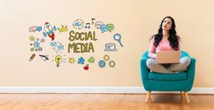 Социальные средства массовой информации при женщина используя компьтер-книжку стоковые изображения