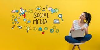 Социальные средства массовой информации при женщина используя компьтер-книжку стоковые изображения rf