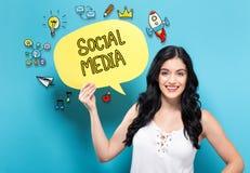 Социальные средства массовой информации при женщина проводя речь клокочут стоковые изображения