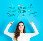Социальные средства массовой информации при молодая женщина смотря вверх бесплатная иллюстрация