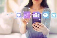 Социальные средства массовой информации с женщиной используя смартфон стоковая фотография