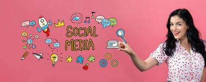 Социальные средства массовой информации с молодой женщиной стоковая фотография rf