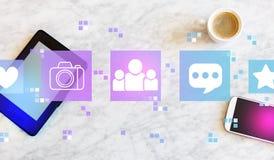 Социальные средства массовой информации с планшетом и телефоном стоковое фото