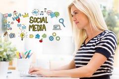Социальные средства массовой информации с счастливой молодой женщиной перед компьютером стоковые изображения