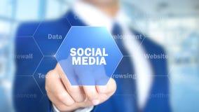 Социальные средства массовой информации, человек работая на голографическом интерфейсе, визуальном экране стоковые фото