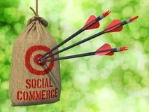 Социальная коммерция - стрелки ударенные в цели стоковая фотография