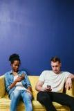 Социальная концепция наркомании сети Конфликт пар Стоковая Фотография