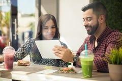 Социальная сеть на кафе Стоковое Изображение RF