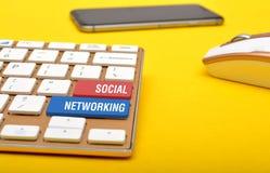 Социальная сеть на клавишах на клавиатуре с smartphone мыши Стоковые Изображения