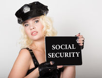 Социальное обеспечение написанное на экране Концепция технологии, интернета и сети красивое женское удерживание полицейского стоковое изображение