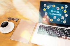 Социальное обсуждение сетевого подключения, сеть Social пользы бизнесмена Стоковая Фотография RF