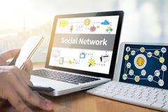 Социальное обсуждение сетевого подключения, сеть Social пользы бизнесмена Стоковое Фото