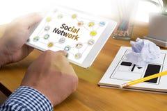 Социальное обсуждение сетевого подключения, сеть Social пользы бизнесмена Стоковые Изображения RF