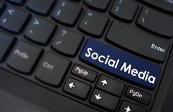Социальные средства массовой информации показанные на кнопке клавиатуры стоковое фото rf