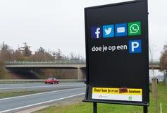 Социальные средства массовой информации предупреждая экран стоковые изображения