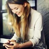 Социальные средства массовой информации просматривая милую концепцию молодежной культуры девушки стоковая фотография