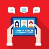 Социальный бизнесмен концепции сети вручает держать таблетку с значками сети воплощения Иллюстрация вектора
